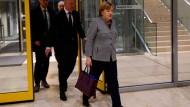 Angela Merkel auf dem Weg zum ersten Gespräch mit der SPD