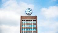 Das Volkswagen-Logo steht auf dem Dach des Verwaltungshochhauses im VW-Werk in Wolfsburg.
