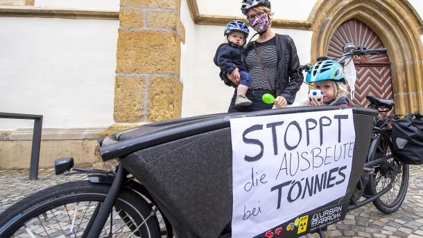 Eltern und Lehrer protestieren vor Tönnies-Anwesen