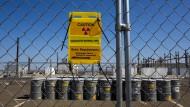 """Ein Schild weist am Zaun der ehemaligen Plutoniumanlage """"Hanford Site"""" im amerikanischen Bundesstaat Washington auf Radioaktivität hin."""