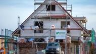 Einfamilienhäuser werden in einer neuen Eigenheimsiedlung in Schwerin errichtet. Auch für sie wird bald Grundsteuer fällig.