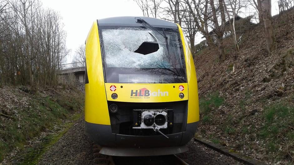 Die zerstörte Frontscheibe eines Zuges der Hessischen Landsbahn