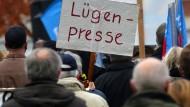 Bei rechten Kundgebungen sind Journalisten oft unerwünschte Beobachter.