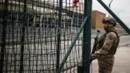 Türkische Soldaten stehen vor dem Gefängniskomplex, in dem Deniz Yücel, ein türkisch-deutscher Journalist, mehr als ein Jahr inhaftiert war.
