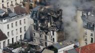 Die Wucht der Explosion im 6. Arrondissement in Paris riss einen Teil der oberen Stockwerke und des Dachs weg.