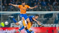 Darmstadts Serdar Dursun (oben) und Darmstadts Marvin Mehlem nehmen Bochums Anthony Losilla (Mitte) in die Zange.