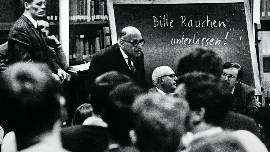 Zwar nicht im Seminar, aber mit Studenten: Theodor W. Adorno (Mitte, sitzend) und neben ihm Max Horkheimer im Mai 1969, knapp drei Monate vor Adornos Tod.
