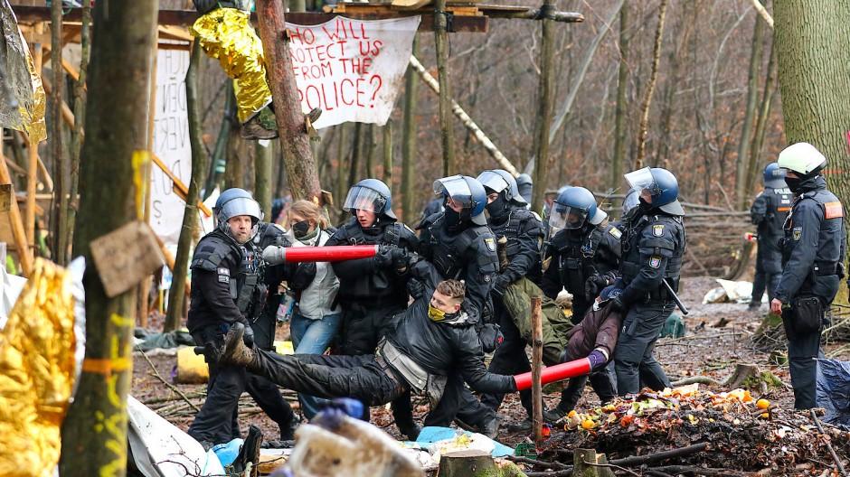 Am 7. Dezember 2020 trugen Polizisten drei Aktivisten aus dem letzten verbliebenen Camp im Dannenröder Forst.