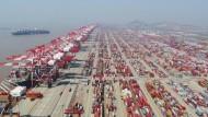 Containerdock des Yangshan-Hafens in Schanghai: In Chinas Industrie kühlt sich die Stimmung wieder etwas ab.