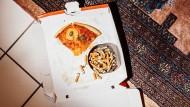 Pizzareste und ein voller Aschenbecher auf dem Teppichboden: Was früher als verwegen und cool galt, ist heute out – das Rauchen.