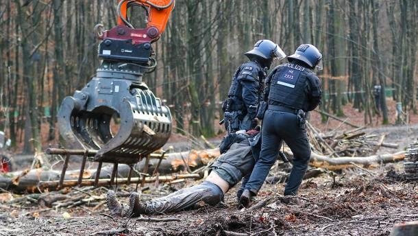 Polizisten müssen noch einige Aktivisten von Bäumen holen
