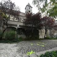 Unterhalb der Ruprechtskirche in der Wiener Innenstadt sind im Bereich des Tatorts nach dem Terroranschlag am 2. November Polizeimarkierungen zu sehen.