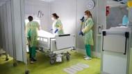 Auszubildende bei einem Corona-Behandlungstraining in Berlin