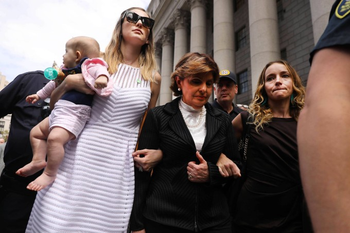 Die Anwältin Gloria Allred mit zwei Frauen, die Epstein der Vergewaltigung bezichtigen.