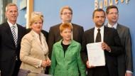 Die Obleute, der Bericht, das reine Gewissen: vorne rechts Sebastian Edathy (SPD), Vorsitzender des Ausschusses, hinter ihm Stephan Stracke (CSU), links daneben Petra Pau (Die Linke) und Hartfrid Wolff (FDP), Eva Högl (SPD) und Clemens Binninger (CDU), verdeckt im Hintergrund Wolfgang Wieland (Grüne).