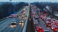 Verkehrsunfälle: Die Zahl der Verkehrstoten in Hessen ist im Vergleich zum Vorjahr gestiegen. Ende Januar stauten sich die Fahrzeuge in beiden Richtungen der Autobahn 66 bei Wiesbaden wegen eines Unfalls.