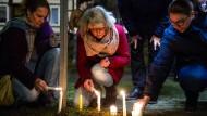 Gedenken: Nach dem Gottesdienst zünden Trauernde in Volkmarsen Kerzen an.