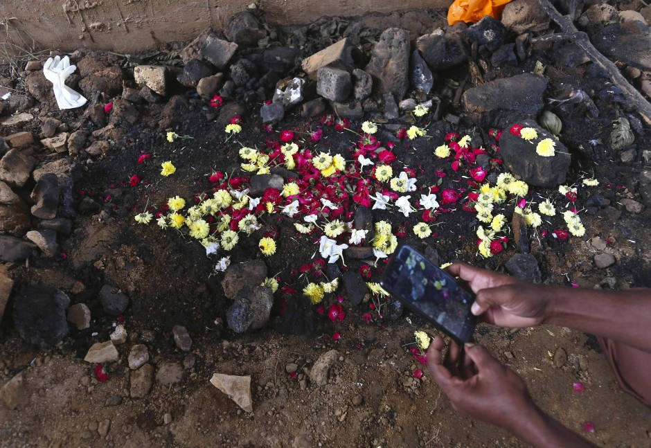 Ein indischer Mann fotografiert den Ort, an dem der verbrannte Körper der 27 Jahre alten Frau vergangene Woche von einem Passanten gefunden wurde.