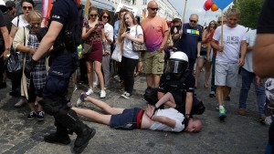 Hooligans attackieren Schwule auf LGBT-Parade