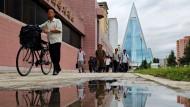 """Soziale Pyramide: Nordkorea baut auf den Tourismus. Die gläserne Ruine des """"Ryugyong""""-Hotels in Pjöngjang soll demnächst eine Luxusunterkunft werden"""