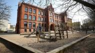 Menschenleer sind Schulhof und Spielplatz vor der St. Georg-Grundschule in Rostock.