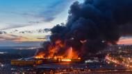Gewaltiges Feuer in Moskauer Baumarkt