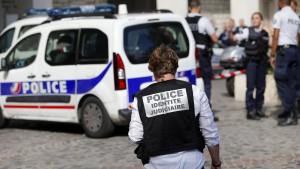 Mann fährt in Südfrankreich in Passanten