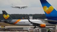 Flugzeuge des insolventen Reiseveranstalters Thomas Cook am Flughafen Frankfurt