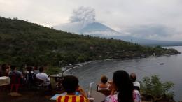 Touristen sitzen auf Bali fest