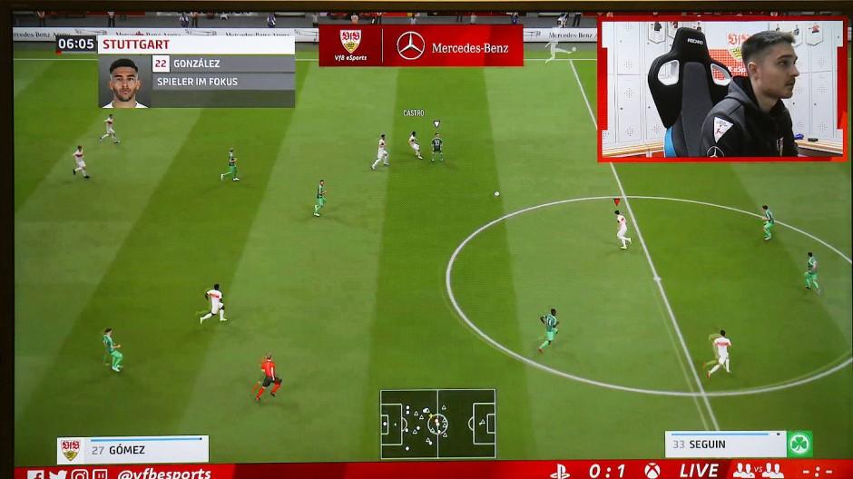 """Ein Gamer des VfB Stuttgart während einer Partie der """"Virtual Bundesliga""""."""