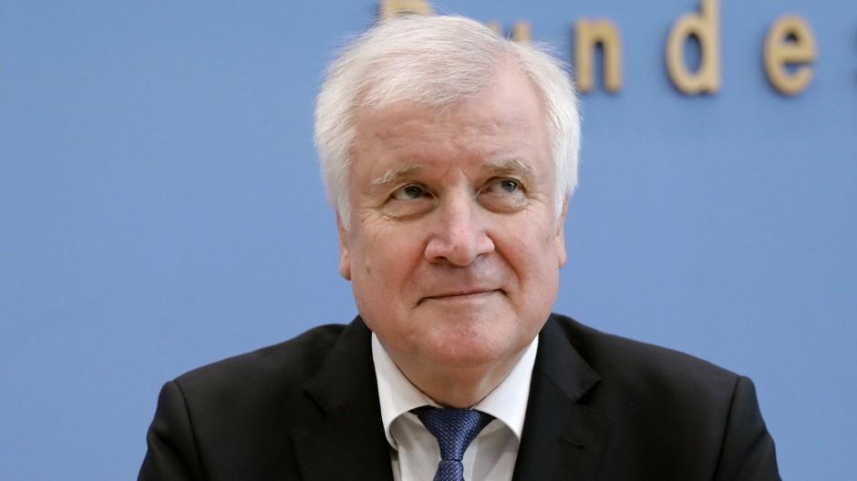 Horst Seehofer, CSU-Vorsitzender und Bundesminister des Innern, für Bau und Heimat, spricht in der Bundespressekonferenz zu den Medienvertretern.