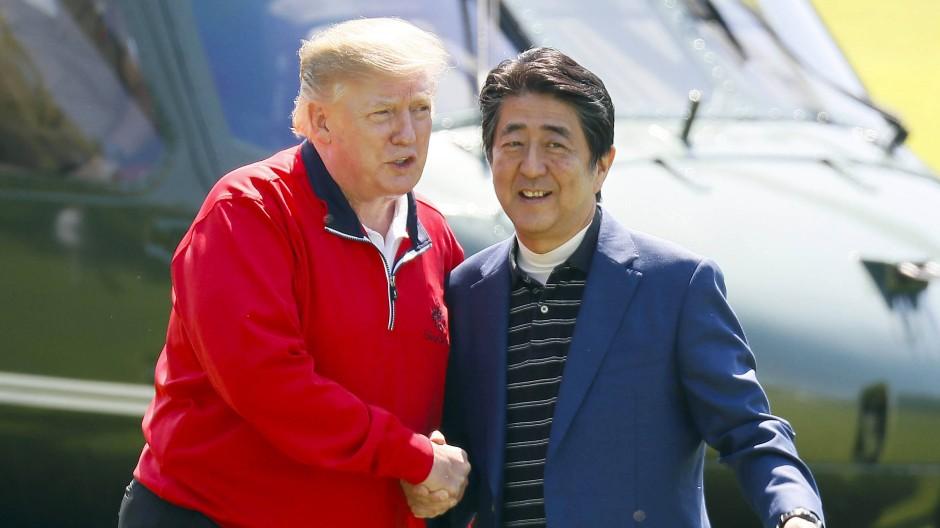 Japans Regierungschef Shinzo Abe bei einem Treffen mit Amerikas Präsidenten Donald Trump