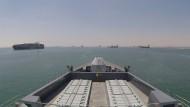 Das britische Marineschiffe HMS Duncan eskortiert Schiffe unter britischer Flagge.