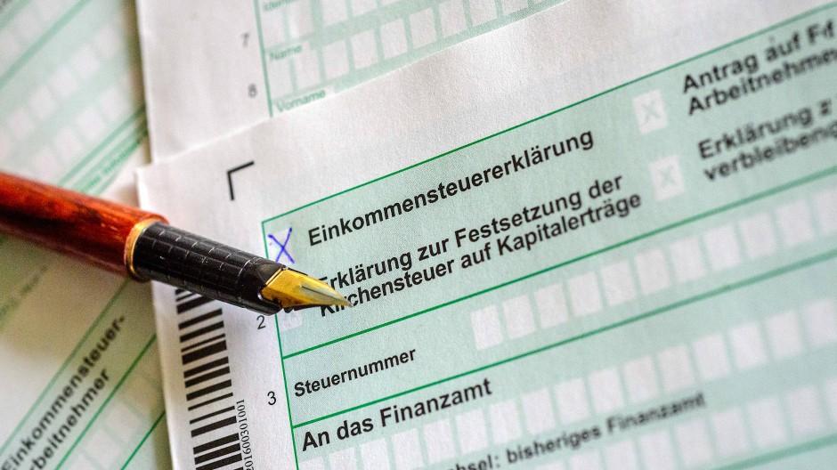 Sich den Steuerformularen zu stellen, kann sich durchaus lohnen: Im Schnitt warten 1007 Euro Erstattung bei der Einkommensteuererklärung.