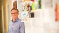 Hat das Büro in Frankfurt, lebt mit Frau und Töchtern im Taunus, reist viel und gerne: Kniepert in seinen Firmenräumen.