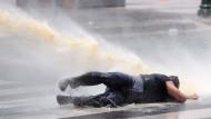 In Ankara setzt die Polizei wieder Wasserwerfer ein
