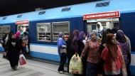 Klar gekennzeichnet: Der U-Bahn-Wagen, in den in Kairo nur Frauen einsteigen. So sollen sie gegen sexuelle Belästigung durch Männer geschützt werden.