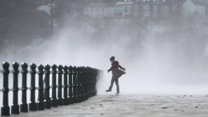 """Sturm """"Ophelia"""" zieht weiter nach Schottland"""