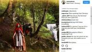 Amanda Knox posiert als unschuldiges Rotkäppchen