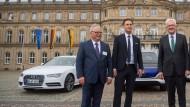 Winfried Kretschmann mit Lutz Mesche, Finanzvorstand der Porsche AG, und Hubert Waltl, damaliger Produktionsvorstand bei Audi, am 19. Mai 2017.