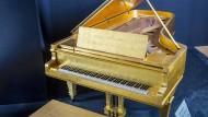 Elvis' goldenes Piano zu verkaufen