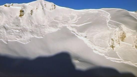 Lawinensprengung in Schweizer Alpen