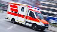 Ein Rettungswagen fährt mit Blaulicht über eine Straße (Symbolbild).