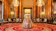 Wie ein Geist steht das Kleid von Königin Victoria für den Stuart Ball im Ballsaal im Buckingham Palace.
