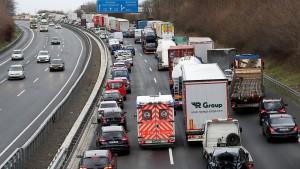 Blauröcke funken Lastwagenfahrer fortan in Landessprache an