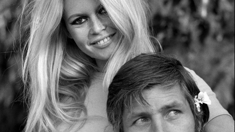 Das war der bisherige Höhepunkt der deutsch-französischen Beziehungen: Gunter Sachs verliebte sich in Brigitte Bardot. Das Traumpaar – hier 1967 – war von 1966 bis 1969 verheiratet. Die beiden personifizierten Worte und Werte, die es gar nicht mehr gibt: Der Playboy und die Blondine führten ein Jet-Set-Leben. Dazu gehörte auch Mic-Mac-Mode.