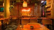 """Innenansichten des orientalischen Restaurants """"Bar Shuka"""": Auf der Wand ist der arabische Schriftzug """"asdiqua"""" zu lesen, auf deutsch: Freunde."""