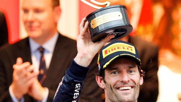 Man kennt sich: Mark Webber erhält den Siegerpokal zum zweitenmal von Fürst Albert
