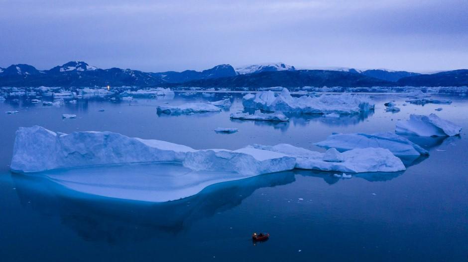 Ein Eisbergfeld bei Kulusuk in Grönland: Das Schmelzen des grönländischen Eises hat dramatische Folgen für den Meeresspiegel.