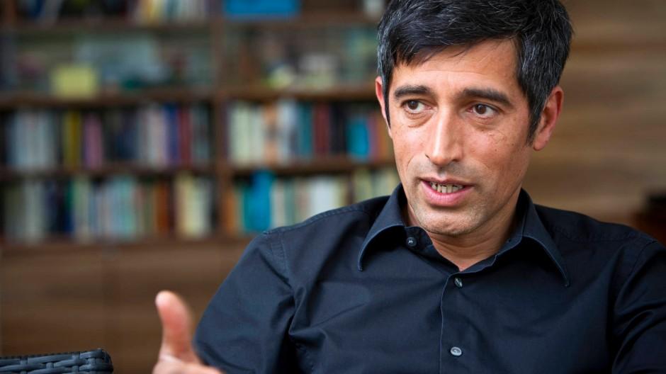 """""""Es geht um Entscheidungen, die uns alle betreffen, also muss man sie so darstellen, dass sie von uns allen verstanden werden."""": sagt der Wissenschaftsjournalist und Physiker Ranga Yogeshwar"""
